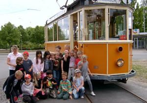 Barn vid vagn 10